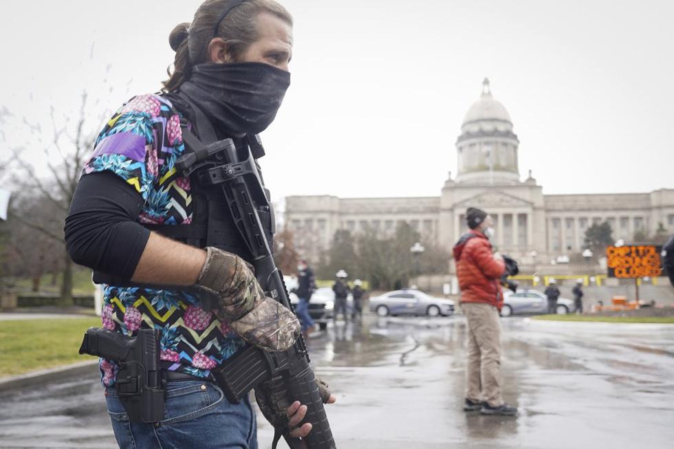 طرفداران ترامپ اسلحه های جمع آوری شده در مقابل ساختمانهای پارلمان آمریکا را حمل می کنند - عکس 3.