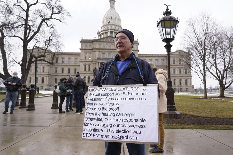 طرفداران ترامپ اسلحه های جمع آوری شده در مقابل ساختمانهای پارلمان آمریکا را حمل می کنند - عکس 1.