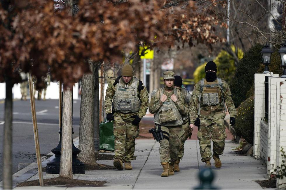 طرفداران ترامپ اسلحه های جمع آوری شده در مقابل ساختمانهای پارلمان آمریکا را حمل می کنند - عکس 6.