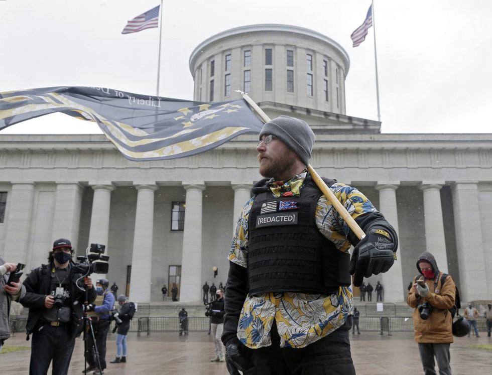 طرفداران ترامپ اسلحه های جمع آوری شده در مقابل ساختمان های پارلمان آمریکا را حمل می کنند - عکس 4.