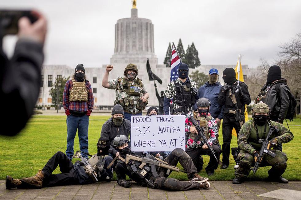 طرفداران ترامپ سلاح های جمع آوری شده در مقابل ساختمان های پارلمان آمریکا را حمل می کنند - عکس 2.