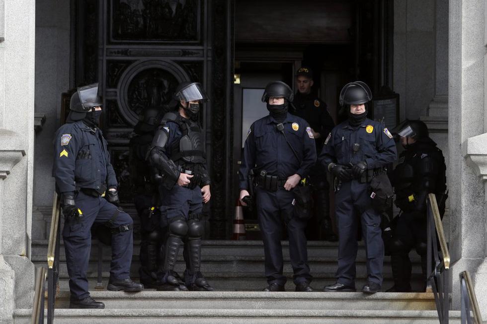 طرفداران ترامپ اسلحه هایی را که مقابل ساختمانهای پارلمان آمریکا جمع شده اند حمل می کنند - عکس 5.