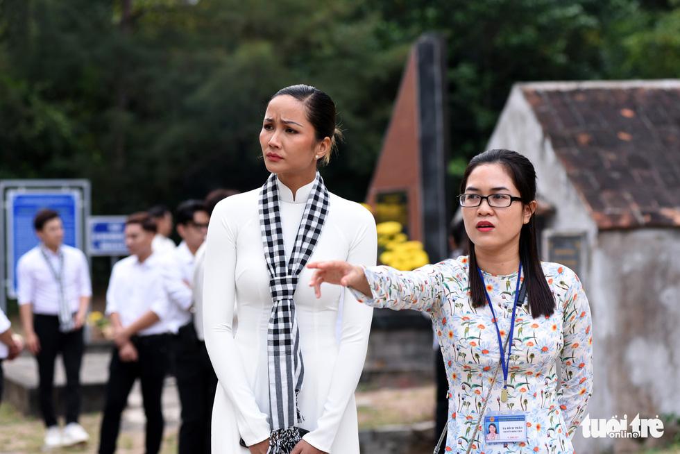 Hoa hậu HHen Nie nghẹn ngào phát biểu tại nghĩa trang Hàng Dương - Ảnh 7.