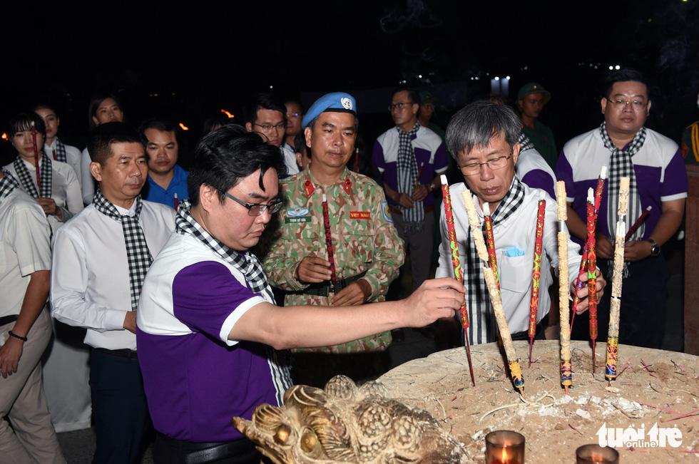 Hoa hậu HHen Nie nghẹn ngào phát biểu tại nghĩa trang Hàng Dương - Ảnh 4.
