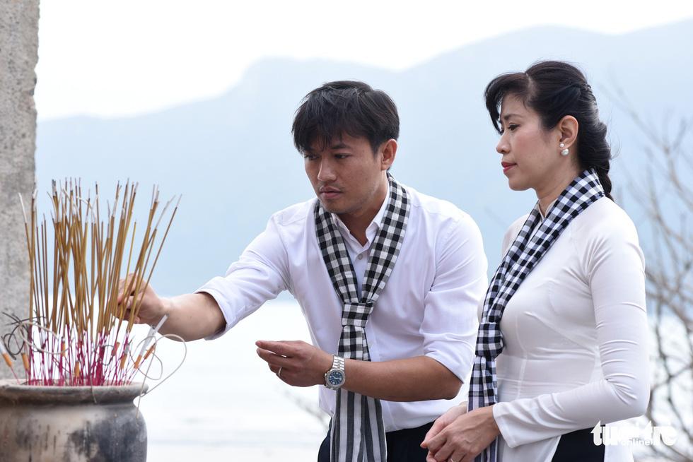Hoa hậu HHen Nie nghẹn ngào phát biểu tại nghĩa trang Hàng Dương - Ảnh 6.