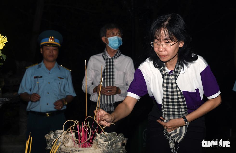 Hoa hậu HHen Nie nghẹn ngào phát biểu tại nghĩa trang Hàng Dương - Ảnh 2.