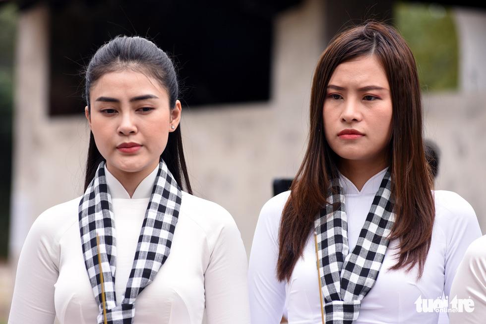Hoa hậu HHen Nie nghẹn ngào phát biểu tại nghĩa trang Hàng Dương - Ảnh 8.