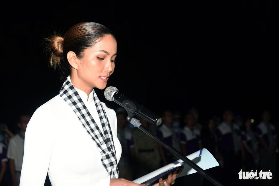 Hoa hậu HHen Nie nghẹn ngào phát biểu tại nghĩa trang Hàng Dương - Ảnh 1.
