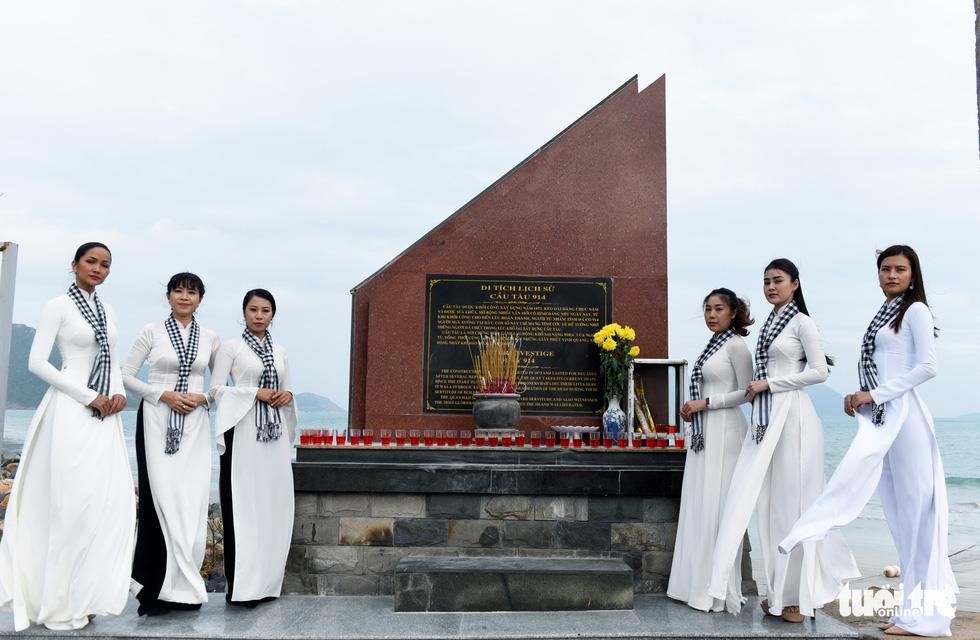 Hoa hậu HHen Nie nghẹn ngào phát biểu tại nghĩa trang Hàng Dương - Ảnh 10.