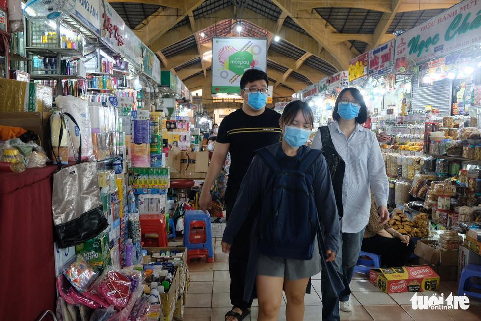 Giáp tết, khách quen tìm tới ủng hộ tiểu thương chợ Bến Thành - Ảnh 15.