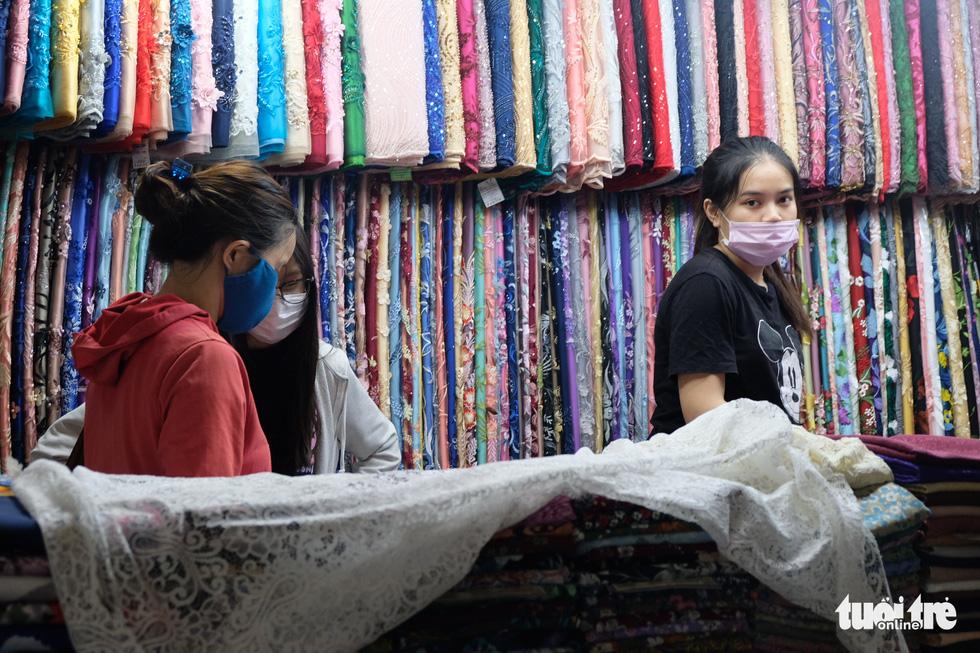 Giáp tết, khách quen tìm tới ủng hộ tiểu thương chợ Bến Thành - Ảnh 14.