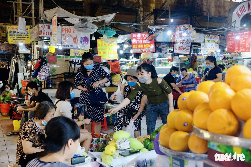 Giáp tết, khách quen tìm tới ủng hộ tiểu thương chợ Bến Thành - Ảnh 10.