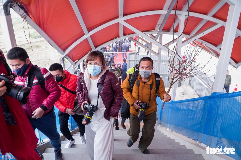 Khách tham quan metro Nhổn - ga Hà Nội nhớ đeo khẩu trang, mang CMND - Ảnh 3.