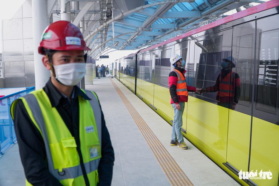 Khách tham quan metro Nhổn - ga Hà Nội nhớ đeo khẩu trang, mang CMND - Ảnh 4.