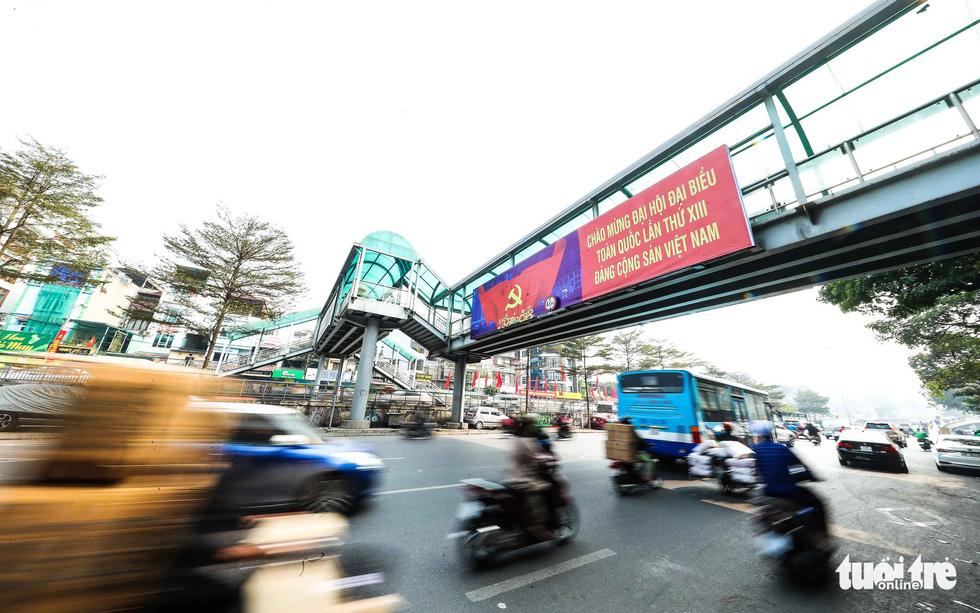 Thủ đô Hà Nội rực rỡ mừng Đại hội Đảng - Ảnh 4.