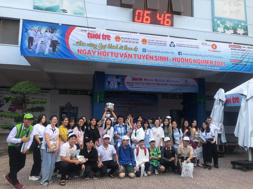 Sáng nay tư vấn tuyển sinh - hướng nghiệp tại ĐH Bách khoa TP.HCM - Ảnh 1.
