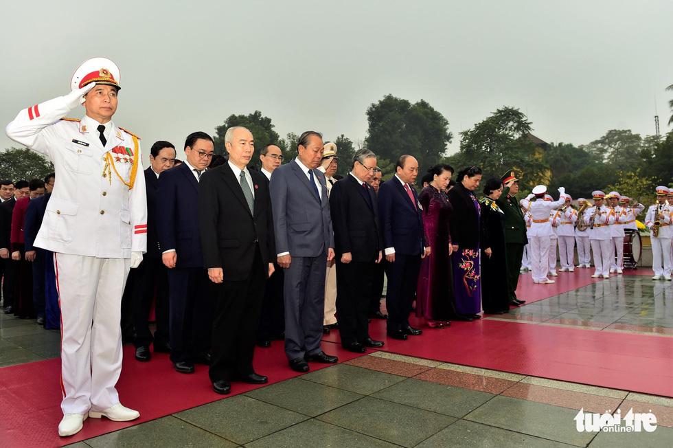 Lãnh đạo Đảng, Nhà nước vào lăng viếng Chủ tịch Hồ Chí Minh, tưởng niệm các anh hùng liệt sĩ - Ảnh 4.