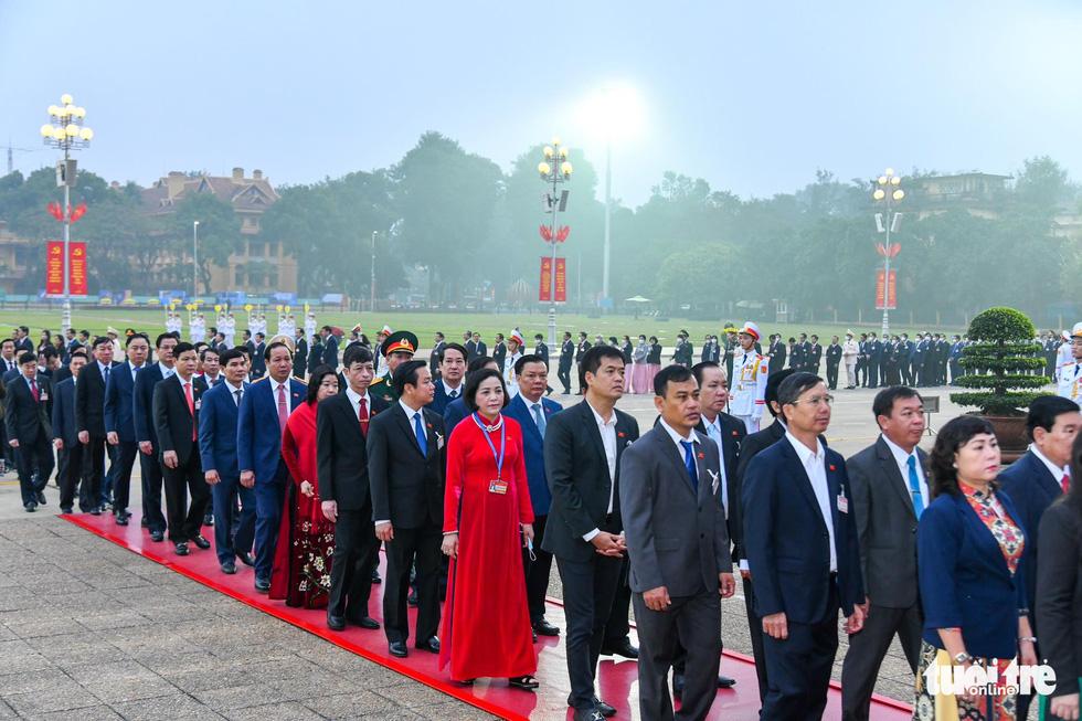 Lãnh đạo Đảng, Nhà nước vào lăng viếng Chủ tịch Hồ Chí Minh, tưởng niệm các anh hùng liệt sĩ - Ảnh 6.