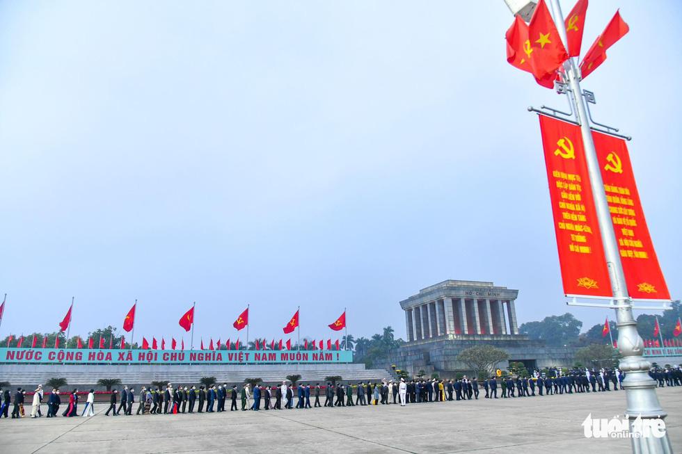 Lãnh đạo Đảng, Nhà nước vào lăng viếng Chủ tịch Hồ Chí Minh, tưởng niệm các anh hùng liệt sĩ - Ảnh 7.