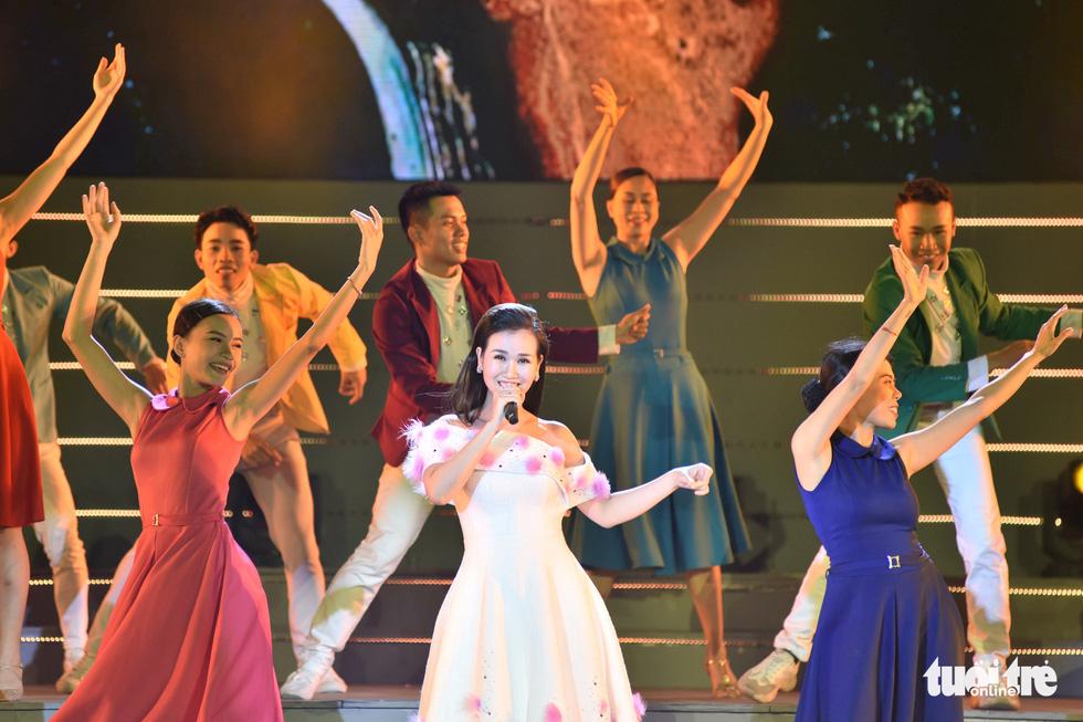 Tạ Minh Tâm, Đan Trường, Đức Tuấn, Hiền Thục hát chào mừng Đại hội Đảng - Ảnh 6.