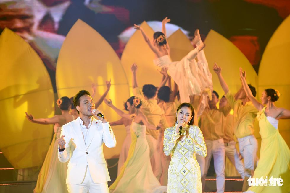 Tạ Minh Tâm, Đan Trường, Đức Tuấn, Hiền Thục hát chào mừng Đại hội Đảng - Ảnh 5.
