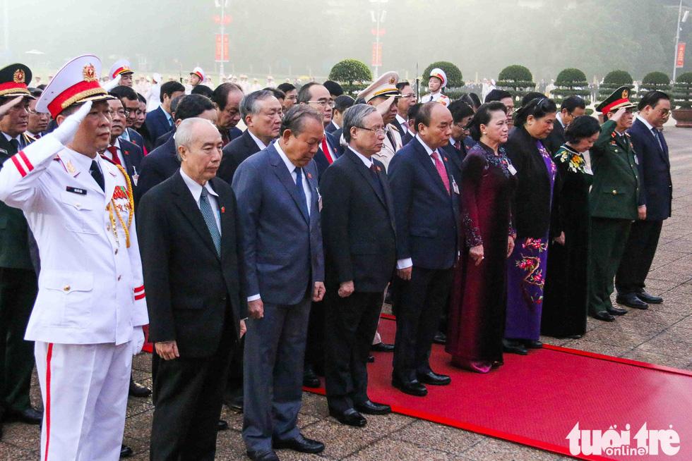 Lãnh đạo Đảng, Nhà nước vào lăng viếng Chủ tịch Hồ Chí Minh, tưởng niệm các anh hùng liệt sĩ - Ảnh 1.