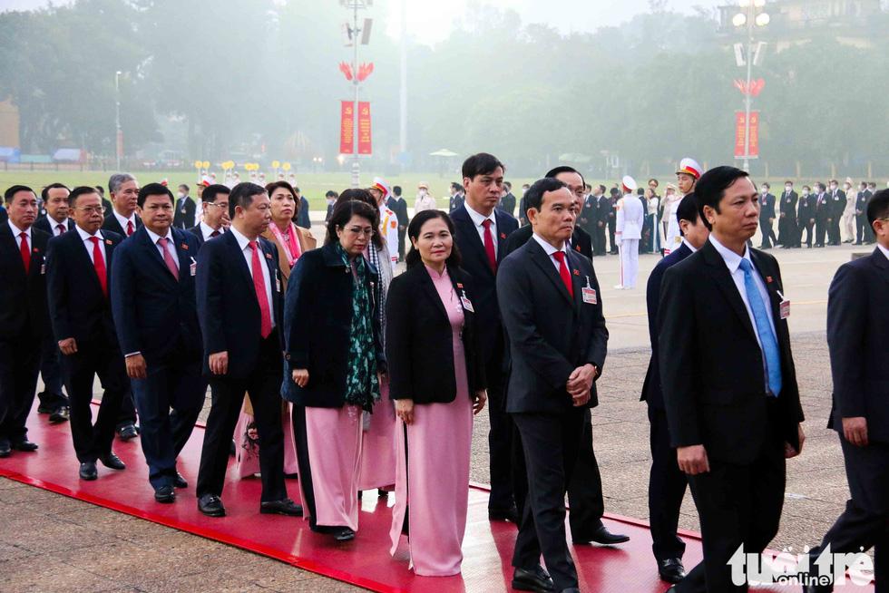 Lãnh đạo Đảng, Nhà nước vào lăng viếng Chủ tịch Hồ Chí Minh, tưởng niệm các anh hùng liệt sĩ - Ảnh 10.
