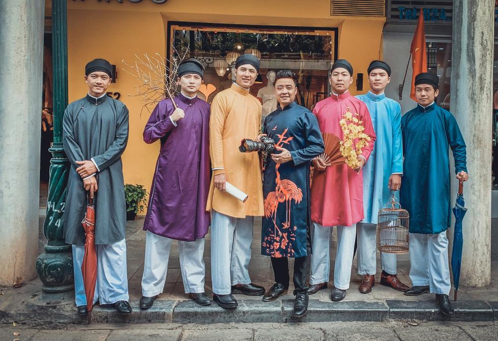 Một dàn bạn trẻ áo dài ngũ thân nam lịch lãm ra phố, nhiều người trầm trồ - Ảnh 11.