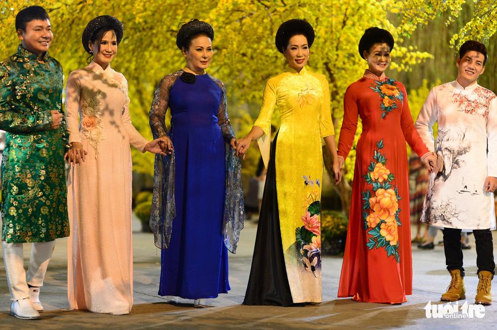Văn nghệ sĩ diện áo mới du xuân lễ hội Tết Việt Tân Sửu 2021 - Ảnh 5.
