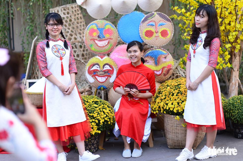 Văn nghệ sĩ diện áo mới du xuân lễ hội Tết Việt Tân Sửu 2021 - Ảnh 11.