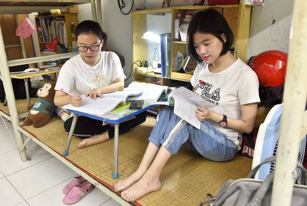 Hai chị em khuyết tật ở giảng đường sư phạm - Ảnh 1.