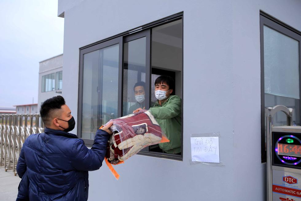 Ùn ùn tiếp tế chăn màn, quần áo cho hàng nghìn công nhân cách ly - Ảnh 5.