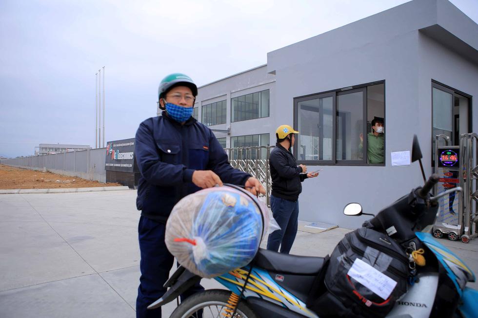 Ùn ùn tiếp tế chăn màn, quần áo cho hàng nghìn công nhân cách ly - Ảnh 4.