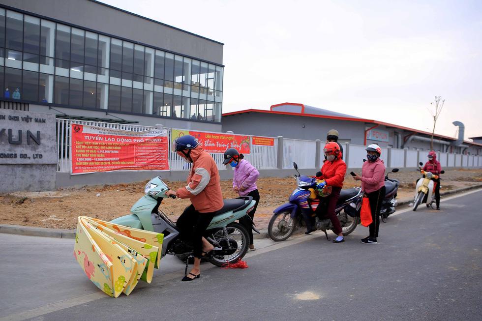 Ùn ùn tiếp tế chăn màn, quần áo cho hàng nghìn công nhân cách ly - Ảnh 2.