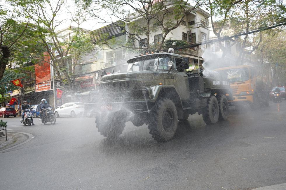 Quân khu 3 sử dụng xe chuyên dụng đồng loạt khử khuẩn tại Quảng Ninh, Hải Phòng - Ảnh 5.