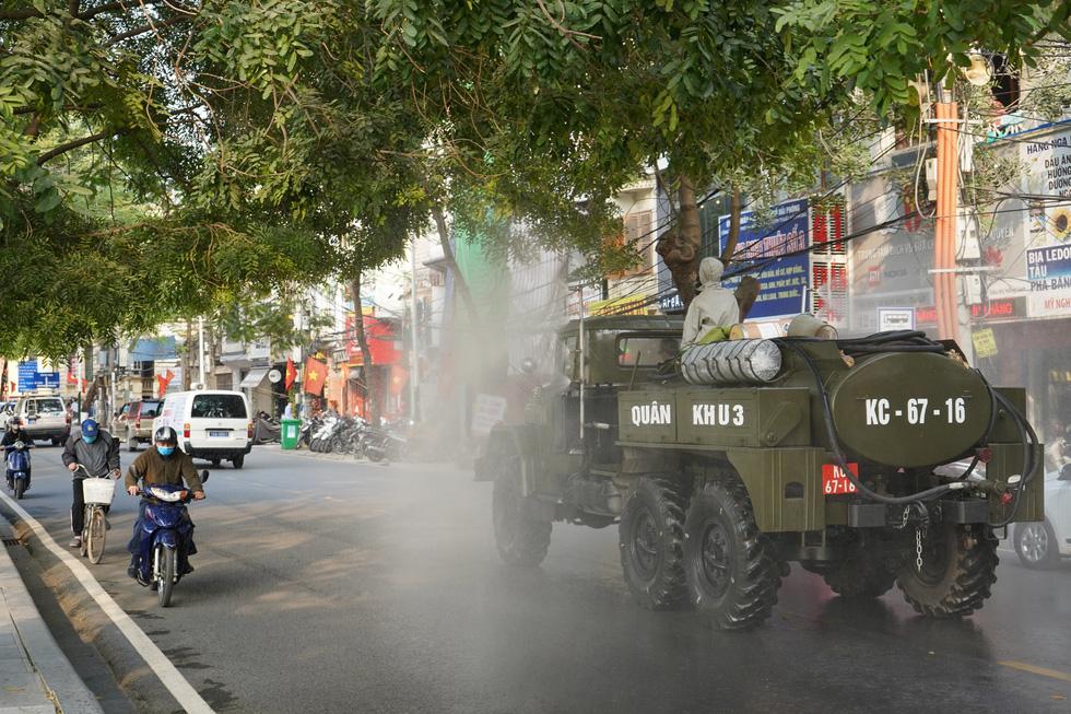 Quân khu 3 sử dụng xe chuyên dụng đồng loạt khử khuẩn tại Quảng Ninh, Hải Phòng - Ảnh 4.