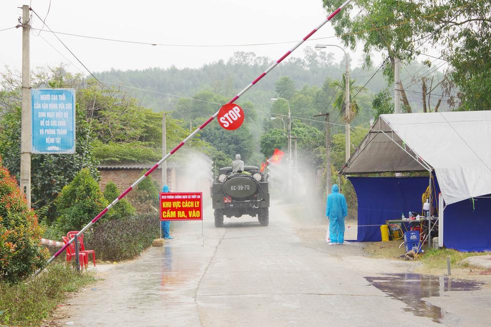 Quân khu 3 sử dụng xe chuyên dụng đồng loạt khử khuẩn tại Quảng Ninh, Hải Phòng - Ảnh 1.