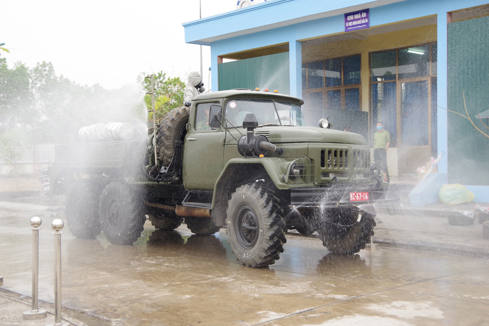 Quân khu 3 sử dụng xe chuyên dụng đồng loạt khử khuẩn tại Quảng Ninh, Hải Phòng - Ảnh 3.