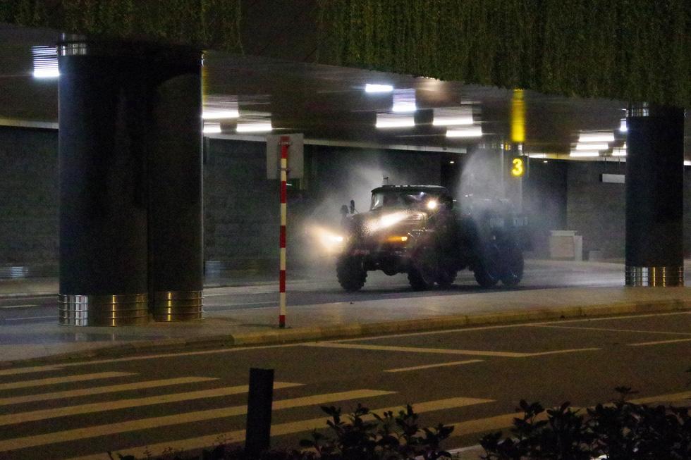 Quân khu 3 sử dụng xe chuyên dụng đồng loạt khử khuẩn tại Quảng Ninh, Hải Phòng - Ảnh 2.