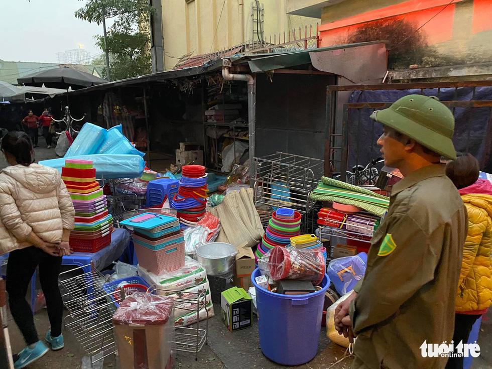 Cháy chợ Xanh Linh Đàm, nhiều tiểu thương hoảng loạn tháo chạy - Ảnh 3.