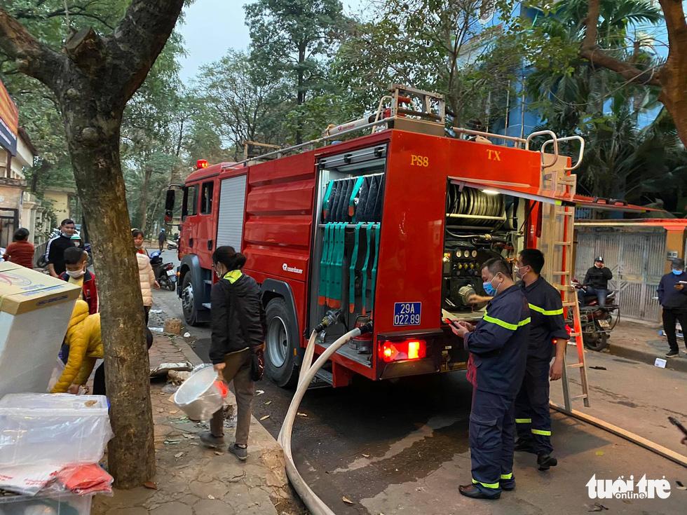 Cháy chợ Xanh Linh Đàm, nhiều tiểu thương hoảng loạn tháo chạy - Ảnh 4.