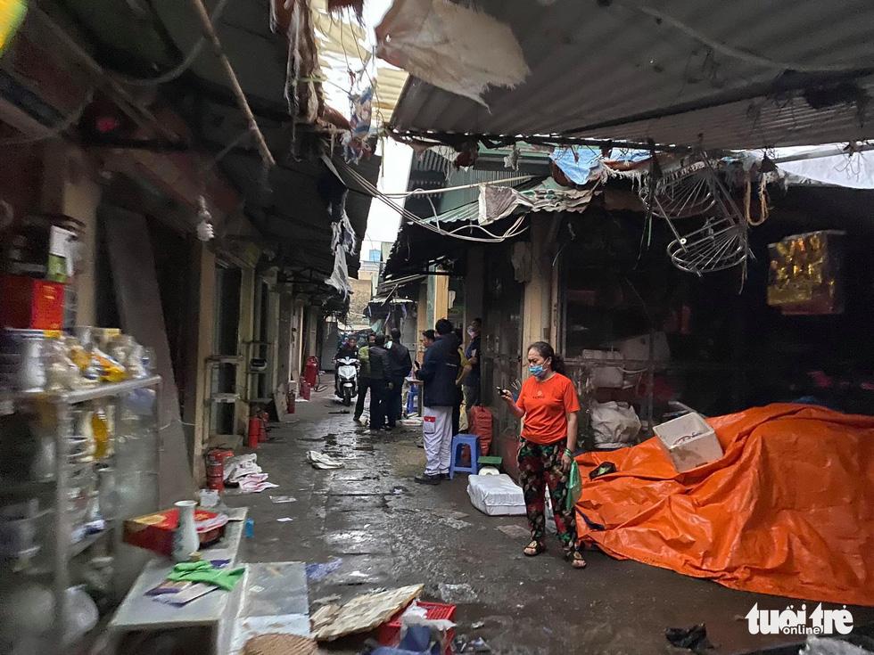 Cháy chợ Xanh Linh Đàm, nhiều tiểu thương hoảng loạn tháo chạy - Ảnh 5.