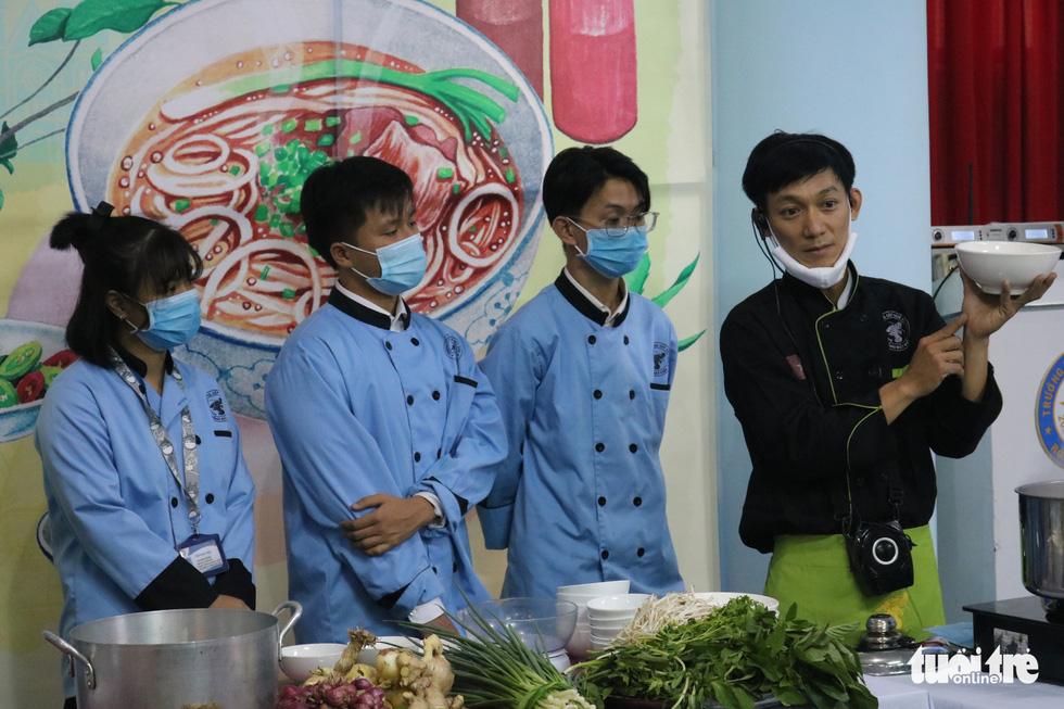 Hoa hồi vàng dạy sinh viên nấu phở ngon - Ảnh 5.