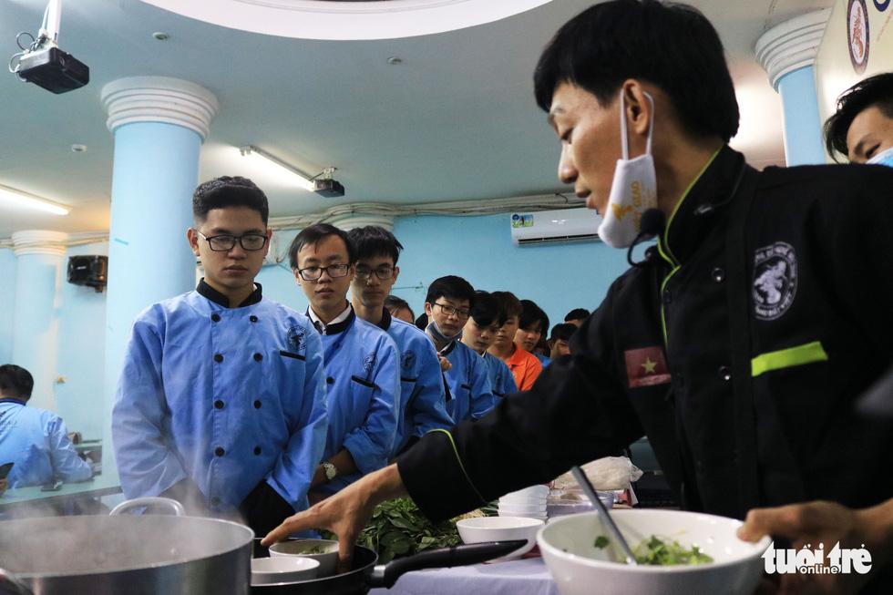Hoa hồi vàng dạy sinh viên nấu phở ngon - Ảnh 1.