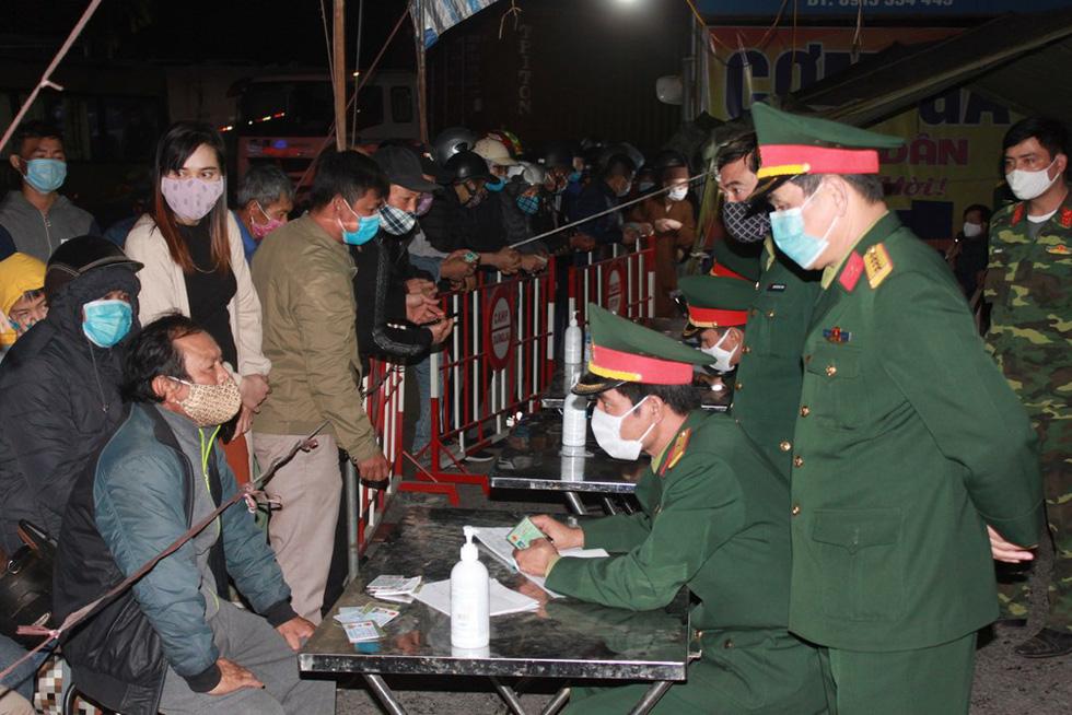 Quân khu 3 sử dụng xe chuyên dụng đồng loạt khử khuẩn tại Quảng Ninh, Hải Phòng - Ảnh 6.