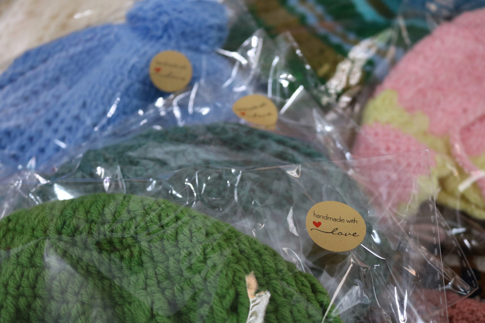 Hội chị em móc mũ len, gửi ấm lên vùng cao tặng các em nhỏ - Ảnh 5.
