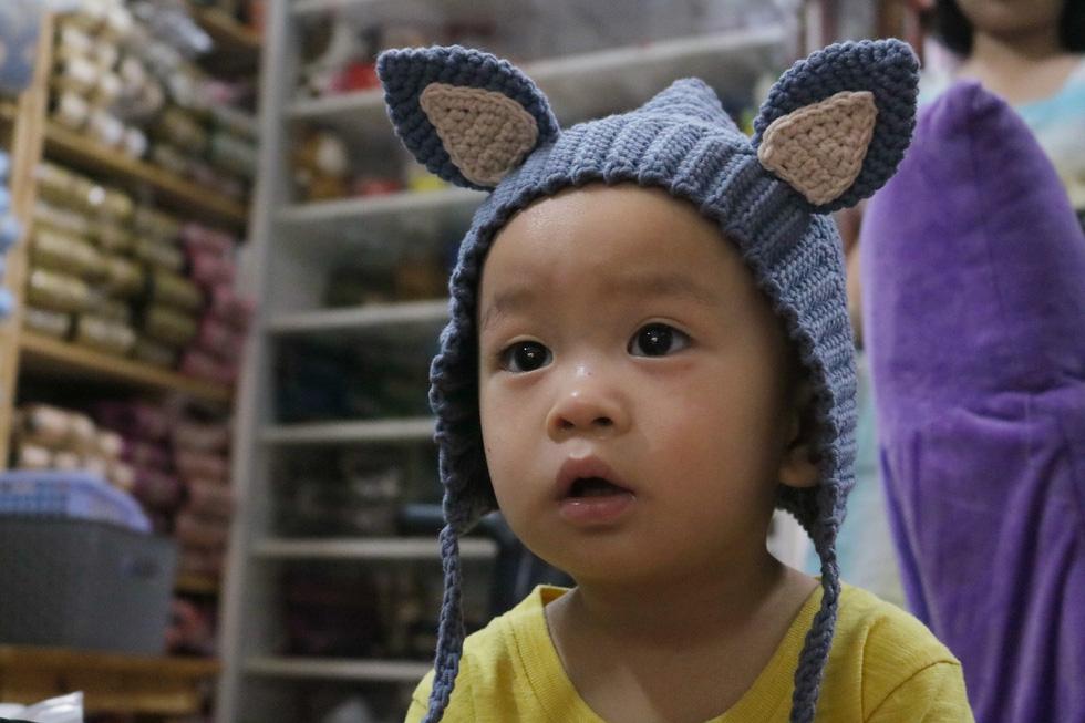Hội chị em móc mũ len, gửi ấm lên vùng cao tặng các em nhỏ - Ảnh 6.
