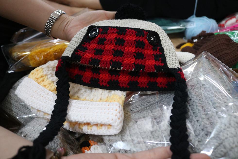 Hội chị em móc mũ len, gửi ấm lên vùng cao tặng các em nhỏ - Ảnh 8.