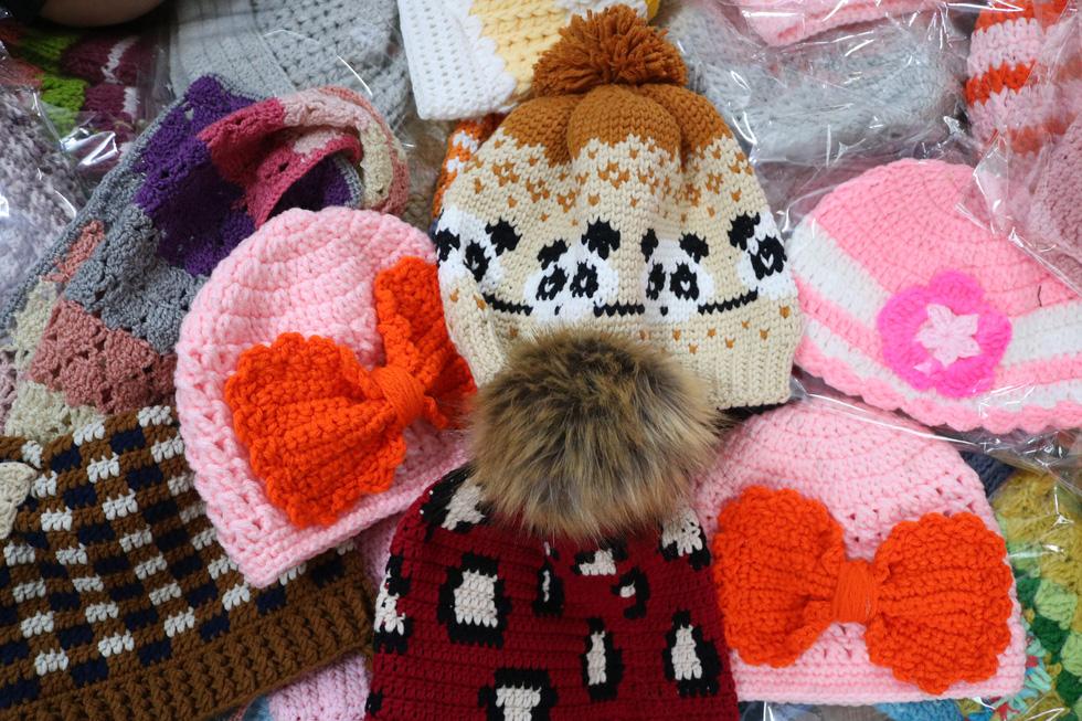 Hội chị em móc mũ len, gửi ấm lên vùng cao tặng các em nhỏ - Ảnh 9.