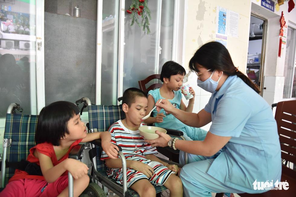 Nấu phở ngon, trao quà và lì xì cho 200 em mồ côi, khuyết tật - Ảnh 8.